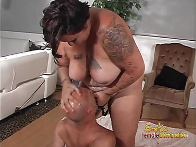 Tattooed brunette fatty likes nailing her hung gaping butthole