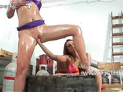 Lesbian Petra Pearl moans while getting fisted