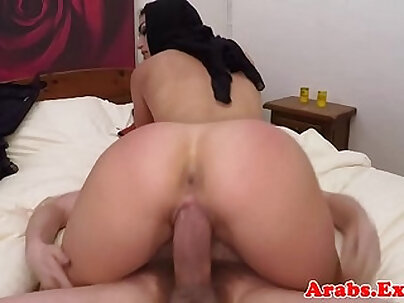 Curvy arab babe receiving money and get fucked