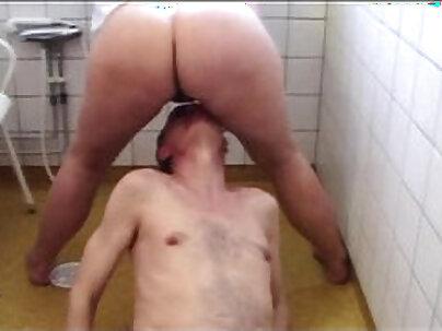 Beautiful weenie mastopucu wanna give oral shower